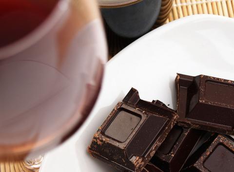 Κόκκινο κρασί και μαύρη σοκολάτα μπορούν να «φρενάρουν» τη νόσο Αλτσχάιμερ