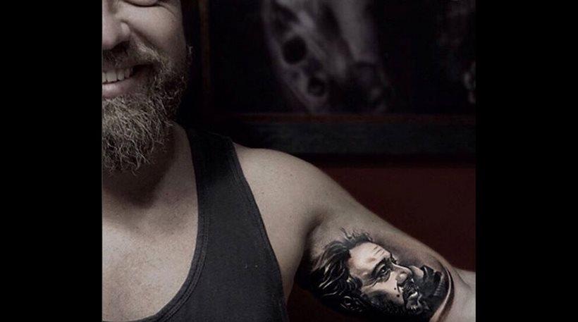 Έκανε τατουάζ το πρόσωπο του πατέρα του ο Γιάννης Βαρδής