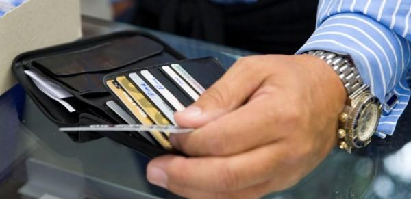 Μηχανήματα παντού και συναλλαγές υποχρεωτικά μόνο με κάρτες
