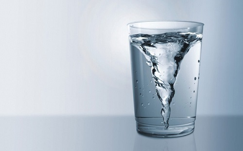 Ένα ποτήρι χλιαρό νερό κάθε πρωί,είναι ιδανικό για την υγεία!