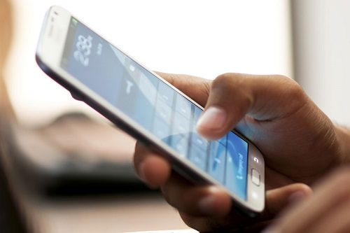 Δες τι μπορεί να πάθει ο αυχένας σου από την πολύωρη ενασχόληση σου με το κινητό