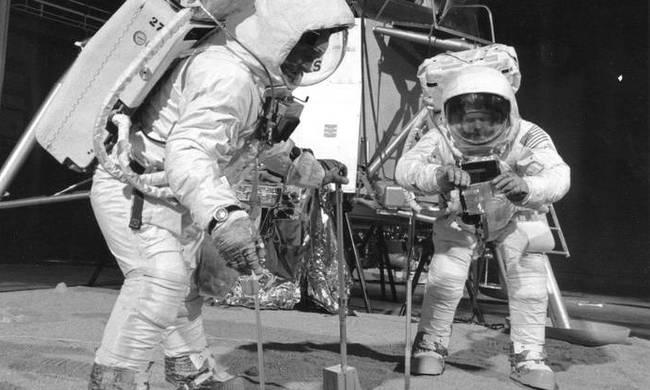ΑΠΑΤΗ Η ΠΡΟΣΕΛΗΝΩΣΗ ΣΤΟ ΦΕΓΓΑΡΙ ΤΟ 1969! Ο Στάνλεϊ Κιούμπρικ ομολογεί την απάτη της πρώτης προσελήνωσης της NASA!