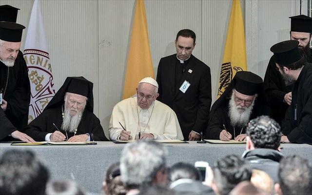 Γιατί ήλθε ο Πάπας στην Ελλάδα; Τι επιδιώκει; Γιατί τον υποδέχθηκαν με ανοικτές αγκάλες οι προκαθήμενοι; Τι κρύβεται πίσω απόλα αυτά;