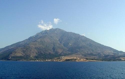 Η μαγευτική Σαμοθράκη είναι ένα βουνό στην μέση του Αιγαίου