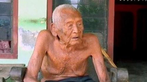 Γεννήθηκε το 1870 και κουράστηκε πλέον να ζεί