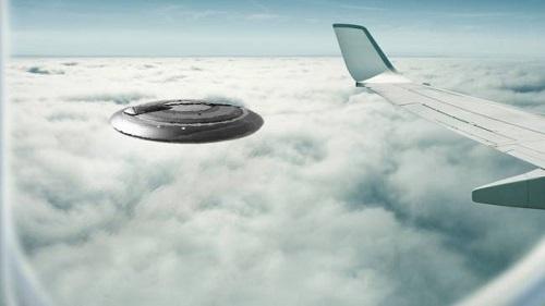 Σύγκρουση αεροπλάνου με άγνωστο αντικείμενο παραλίγο