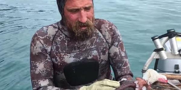 Νεοζηλανδός ψαράς σκοτώνει ένα χταπόδι με τον πιο αηδιαστικό τρόπο