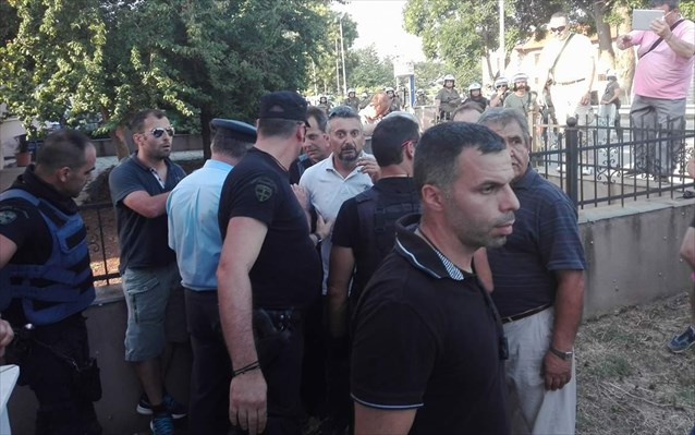 Κοζάνη: Άγρια επεισόδια παρουσία Τσίπρα! Ξύλο αστυνομικών – συγκεντρωμένων και… φέρετρα!