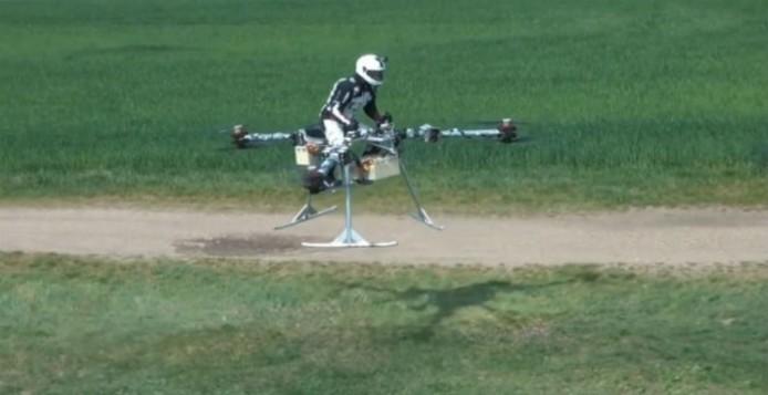 Ιπτάμενη μοτοσυκλέτα πού τρέχει με 50 χιλιόμετρα την ώρα