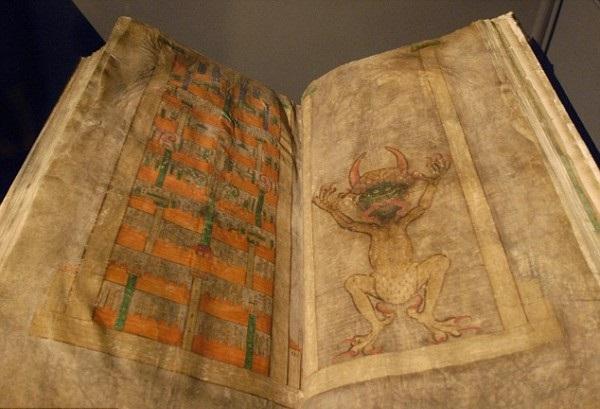 Η καταραμένη βίβλος που ζυγίζει 74 κιλά! Το βιβλίο του μεσαίωνα που μας λέει για τον Εωσφόρο