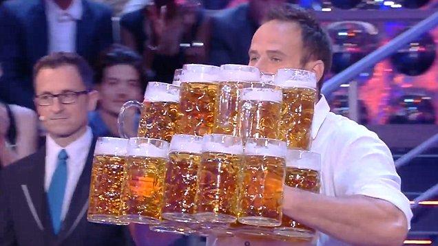 Σερβιτόρος μετέφερε 27 λίτρα μπύρας