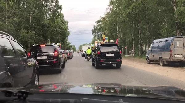 Αυτό το σκηνικό μόνο σε δρόμο της Ρωσσίας μπορείς να το δείς