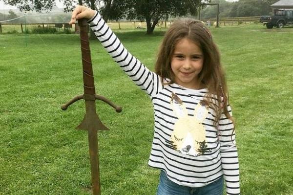 Επτάχρονη βρήκε το Εξκάλιμπερ στη θρυλική λίμνη του βασιλιά Αρθούρου