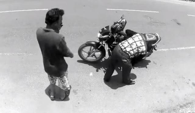 Δείτε πως αντέδρασε ο κλέφτης όταν αντιλήφθηκε πως τον τραβά κάμερα!