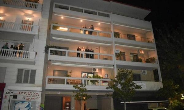 Συστηθήκαμε επιτέλους με τον διπλανό μας με το Πάσχα στο μπαλκόνι