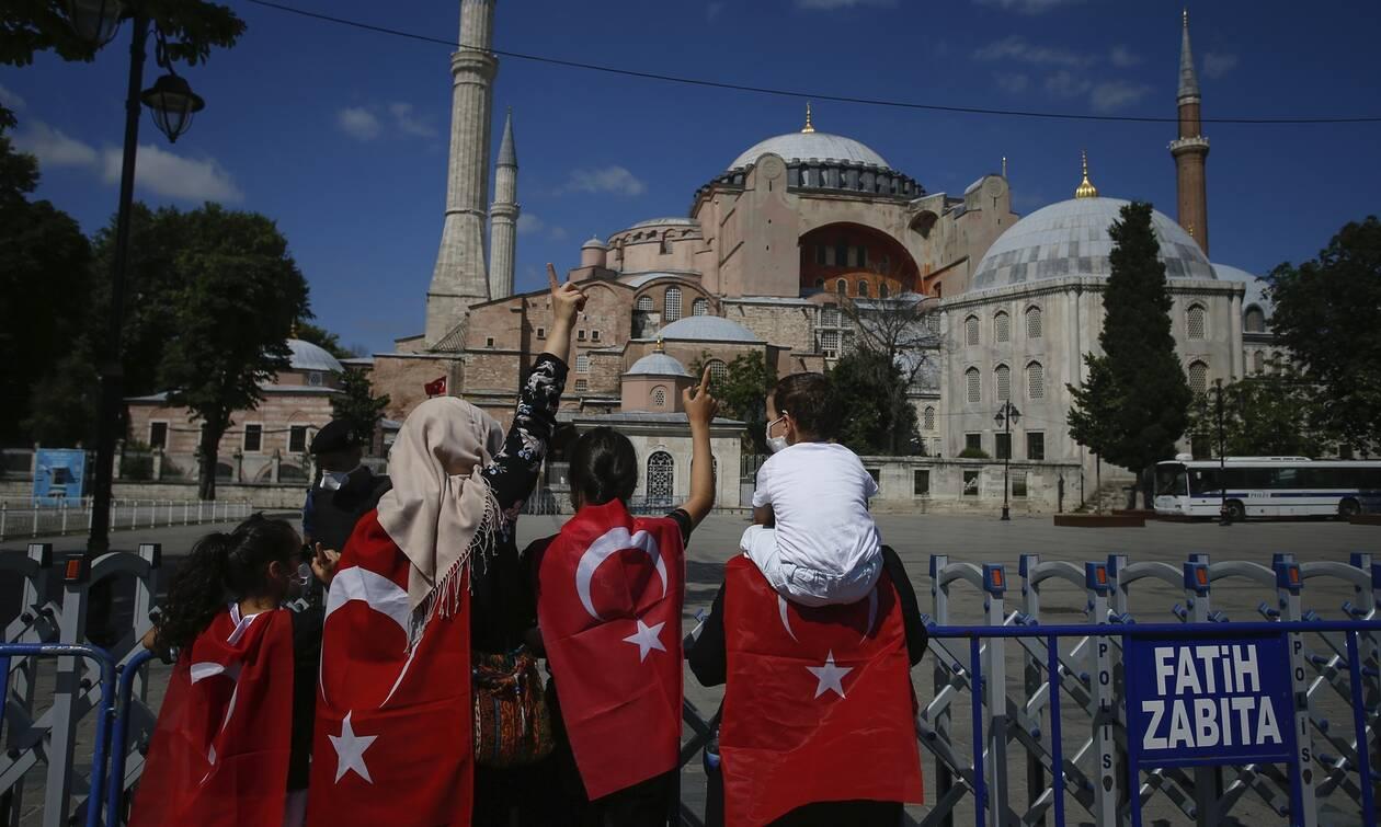 Εικόνες ντροπής – Έτσι κάλυψαν οι Τούρκοι τα ψηφιδωτά στην Αγιά Σοφιά