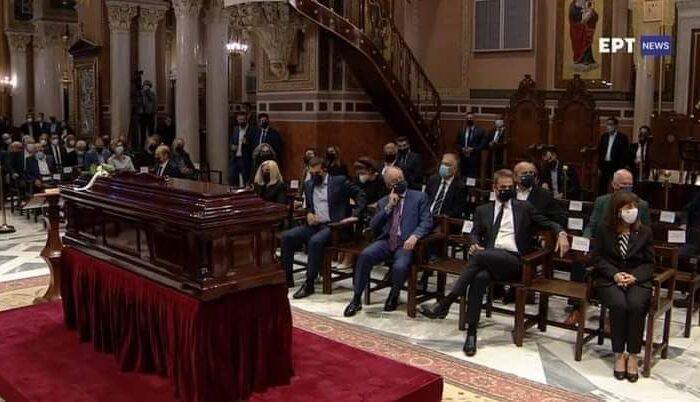 Θεριακλήδικο σταυροπόδι ο Μητσοτάκης στην κηδεία του Μίκη