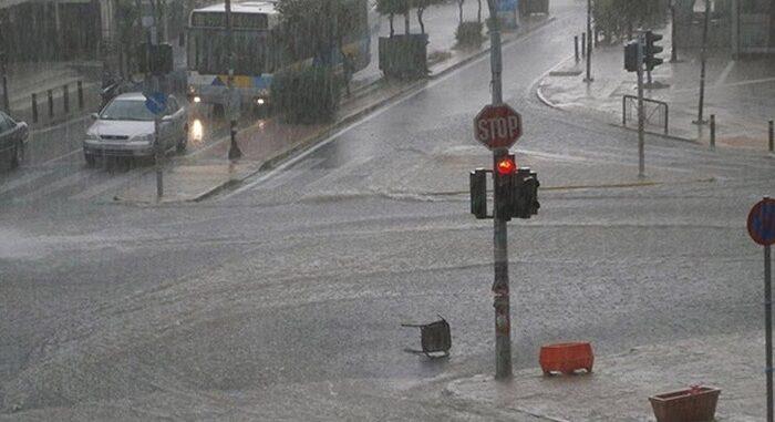 Πλημμυρισμένοι δρόμοι, κλειστά σχολεία, διακοπές ρεύματος